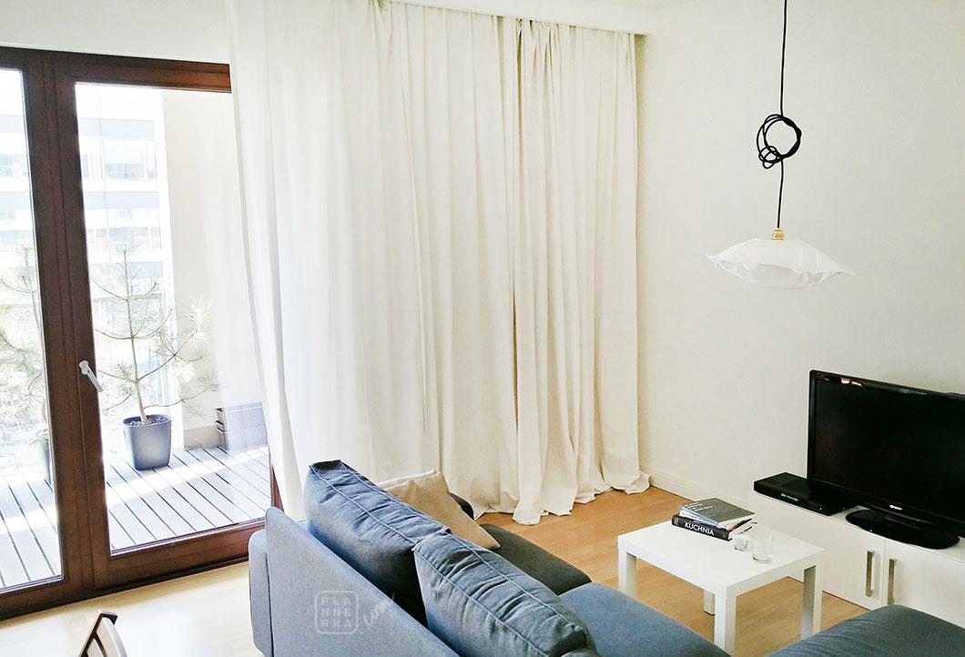 Zdjęcie przedstawiające jasny, posprzątany pokój