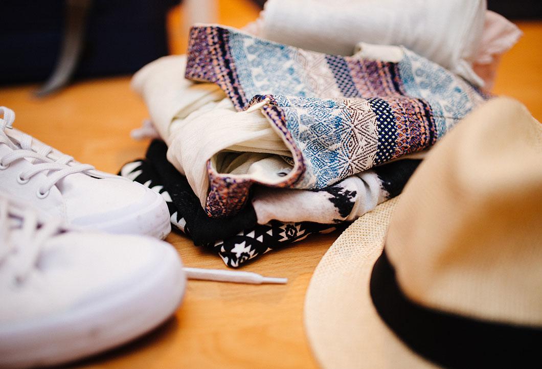 Zdjęcie ubrań przygotowanych do spakowania