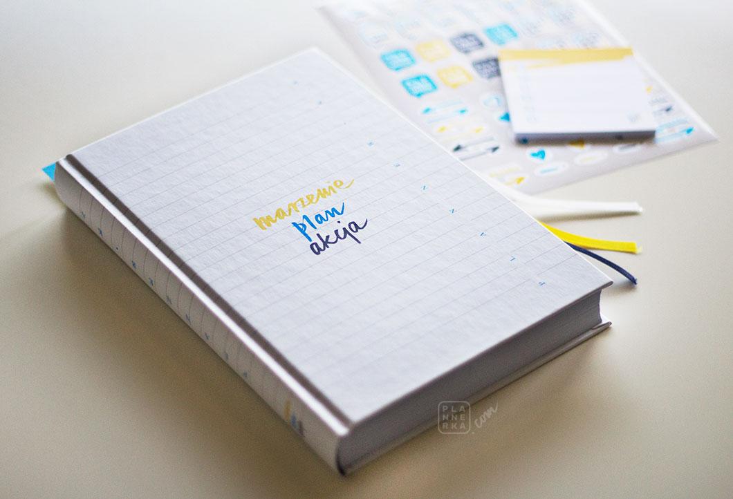Planner-Ka widoczny z góry, karteczki i naklejki w tle