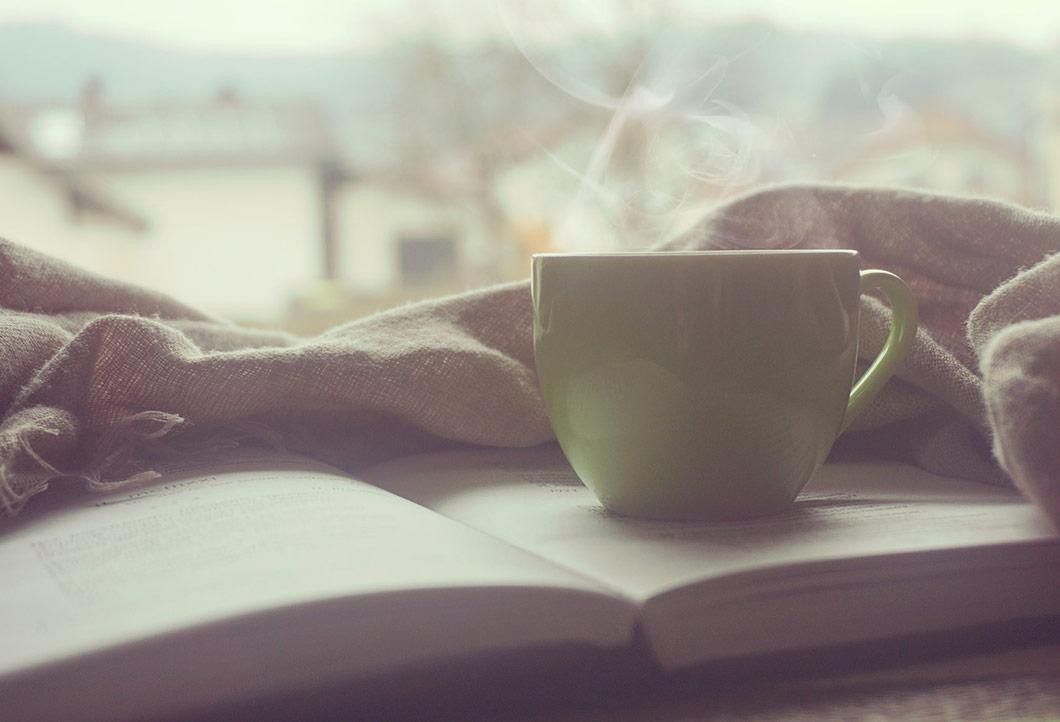 Książka i kawa na parapecie